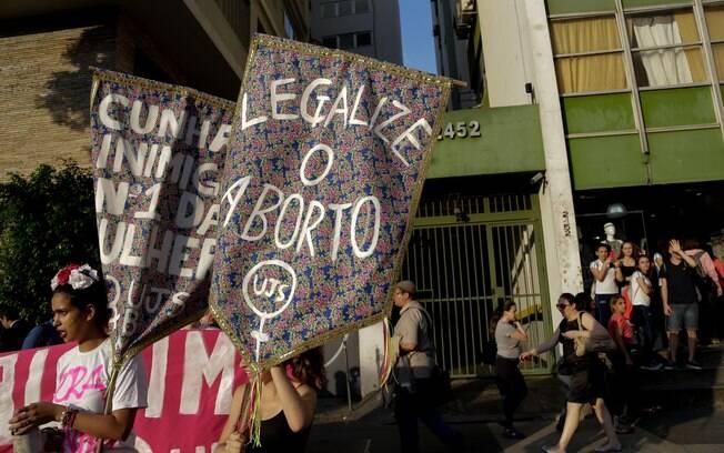Ativistas fazem protesto pela legalização do aborto na Avenida Paulista, em São Paulo, em outubro