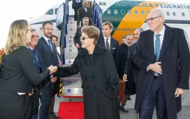 Presidente Dilma Rousseff desembarca em Estocolmo e recebe cumprimentos na chegada ao Aeroporto de Arlanda