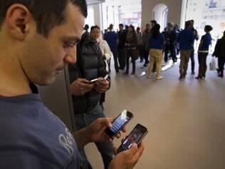 iPhone 4S chegou às lojas acompanhada de versão mais barata do iPhone 4