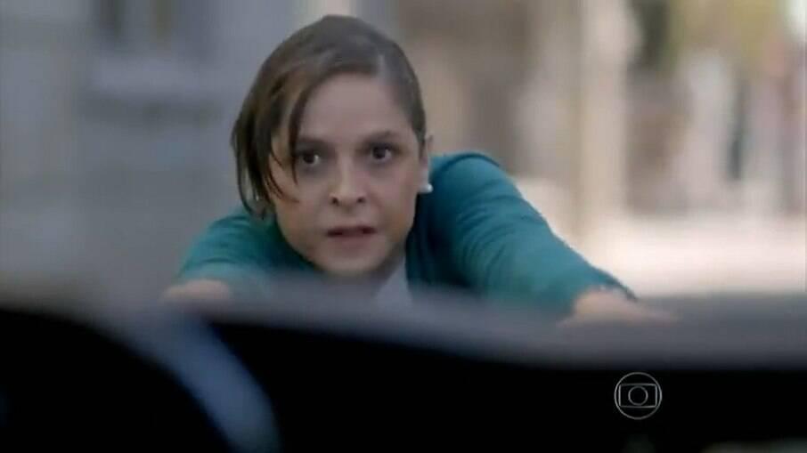 Cora se joga na frente do carro de José Alfredo