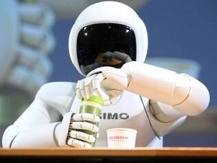 Robô Asimo, da Honda, faz diversas atividades humanas