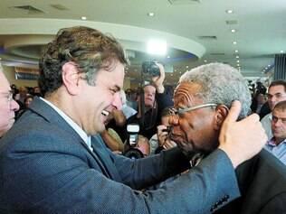 Apoio. Aécio Neves e o ator Milton Gonçalves se encontraram no lançamento da chapa informal 'Aezão'