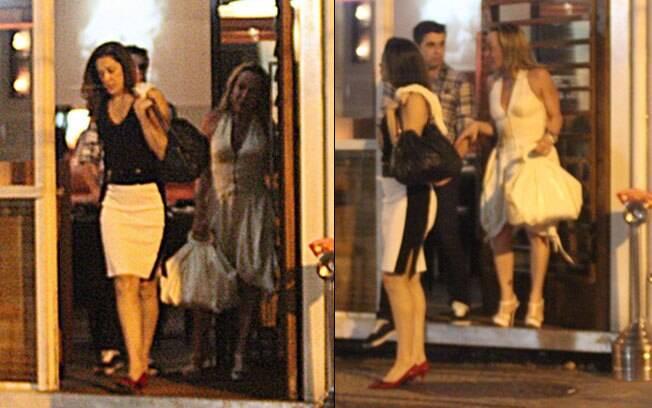 Claudia Raia sai de restaurante na companhia do namorado e de uma amiga na noite desse domingo (01)