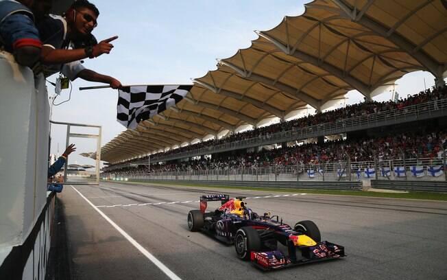 Red Bull de Sebastian Vettel cruza a linha de  chegada na Malásia