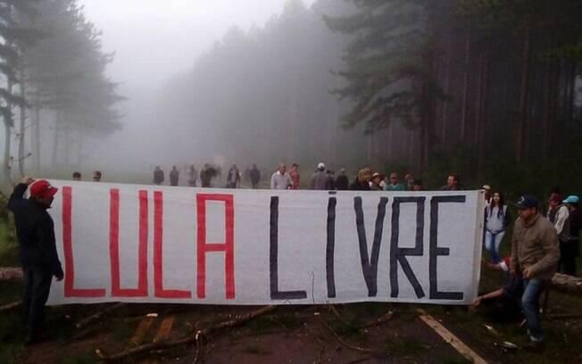 Manifestantes do MST bloqueiam rodovias em vários estados do Brasil em protesto à prisão de Lula