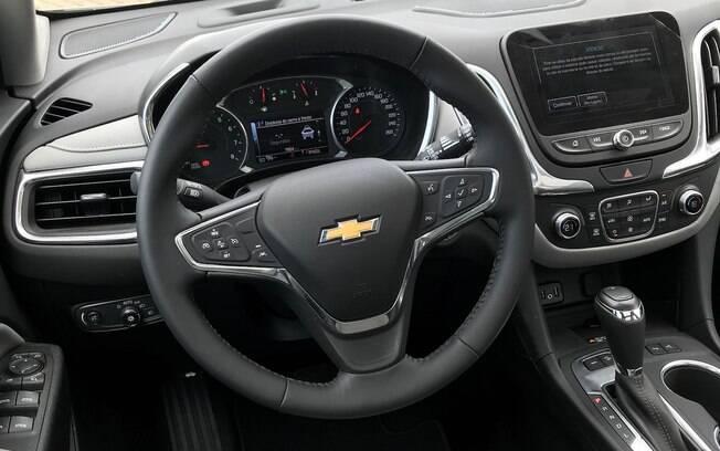 Interior do Equinox lembra bastante o do Cruze, do qual herda uma série de componentes, inclusive o volante