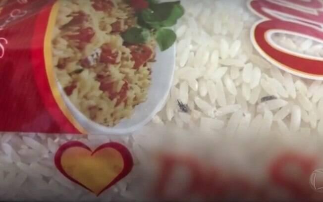 embalagem de arroz com fezes de rato