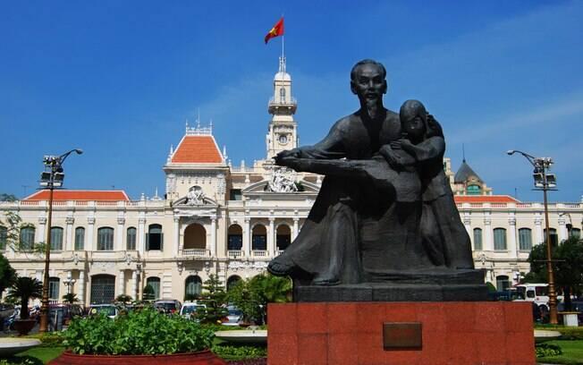 Estatua de Ho Chi Minh em frente ao prédio da prefeitura da cidade