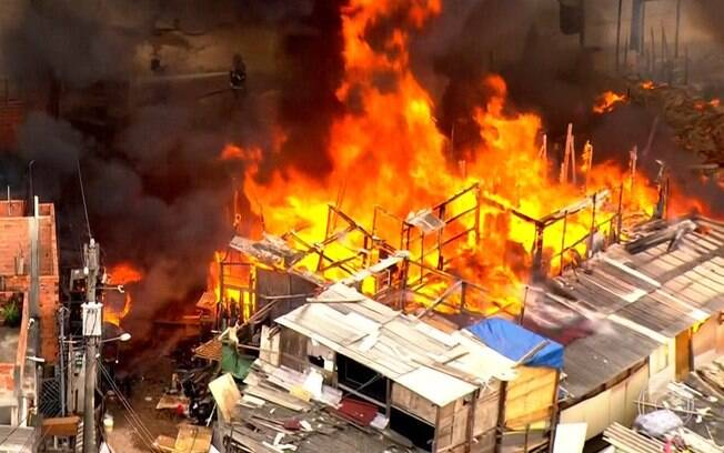 Um incêndio em uma comunidade na Vila Menck mobilizou o Corpo de Bombeiros na manhã desta segunda-feira
