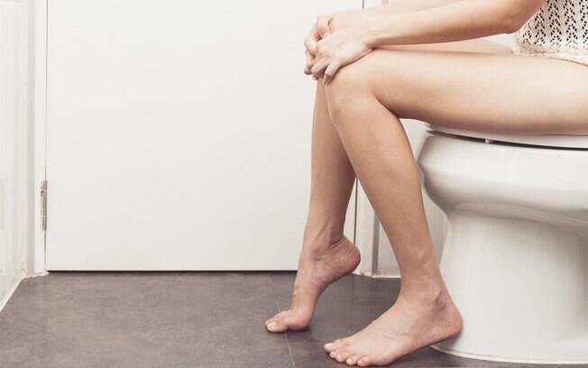 Transar pode até estimular os movimentos intestinais, mas fazer sexo com o intestino preso também tem riscos