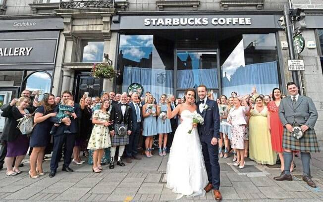 Jonathan Craig e Joanne Macdonald decidiram sair do convencional e fazer um casamento diferente no Starbucks