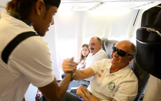 Felipão e Neymar dividiram o mesmo avião para  o clássico entre Palmeiras e Santos disputado em  Presidente Prudente. Durante o voo, descontração  para Neymar e Felipão