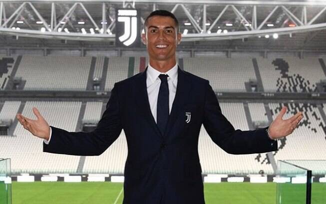 Cristiano Ronaldo posa na Allianz Arena, sua casa nas próximas temporadas