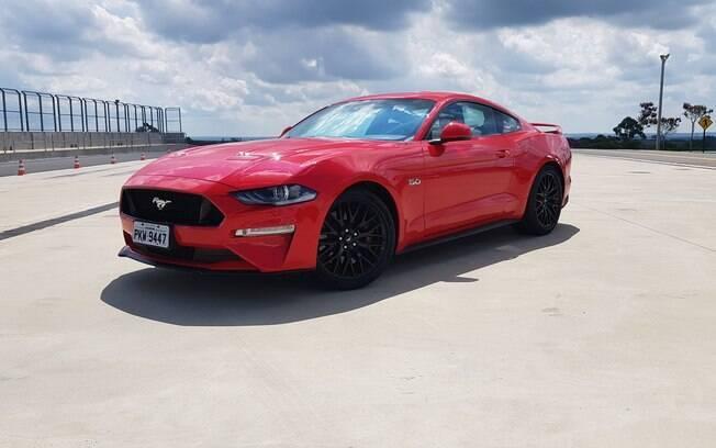 Rodas pretas combinadas com a carroceria vermelha é uma das combinações disponíveis no Brasil para o cupê da Ford