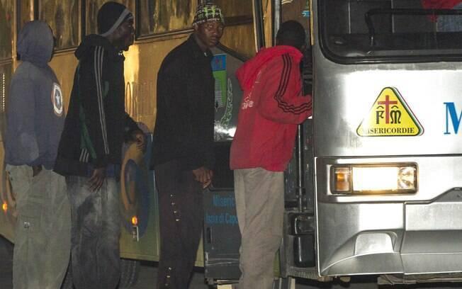 Os imigrantes resgatados foram encaminhados para o Porto de Crotone, na Calábria (Sul da Itália), onde foram socorridos