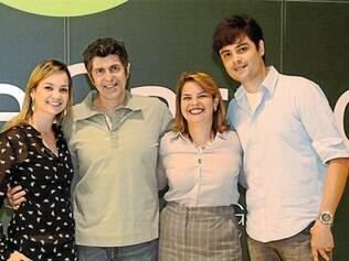 O cantor Leoni, posa ao lado da equipe do Monte Carmo Shopping, muito bem-representada por Maíra Santos, Tereza Luttemback e Igor Rhunanini.