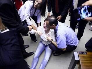 Rememorar os Fatos Relacionados ao dia 31 de Março de 1964, véspera do golpe de estado que deu origem a ditadura militar. Participantes da sessão protestam durante discurso do dep. Jair Bolsonaro (PP-RJ). FOTO: Antonio Augusto / Câmara dos Deputados. 01/04/2014