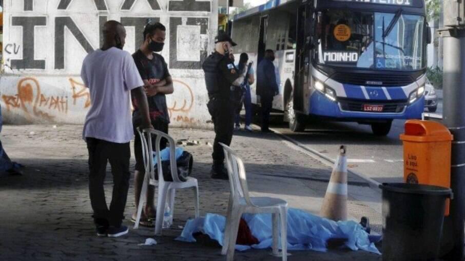 Corpo de Cristiane ficou 12 horas no ponto de ônibus até ser removido