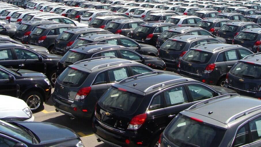 Montadores deixaram de produzir centenas de milhares de veículos em 2021 pela falta de semicondutores