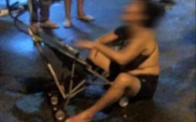 Mãe chora morte de filho pequeno no Complexo do Alemão; foto emocionante viralizou na madrugada desta sexta