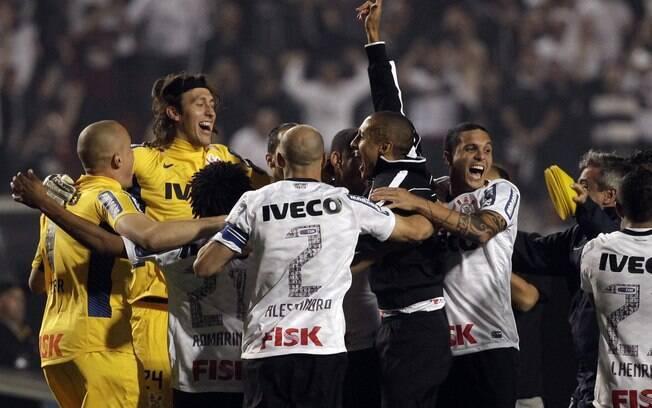 Corintianos pulam e vibram com a vitória  sobre o Boca e o título da Libertadores