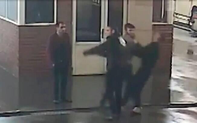 Em um vídeo capturado pelas câmeras de segurança do lava rápido, o dono da BMW é visto socando dois homens