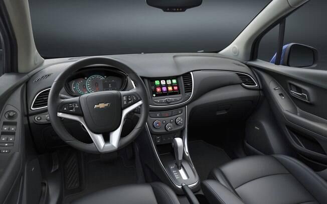 A cabine do Chevrolet Tracker fica mais agradável, mudando as linhas e com novo painel de instrumentos, abandonando o cluster do Agile.