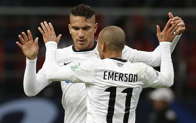 Guerrero comemora gol com Emerson. Primeiro  tempo acabou 1 a 0 para o Corinthians
