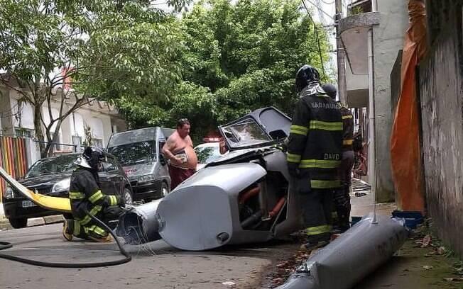 Helicóptero cai em bairro residencial na cidade de Ubatuba, localizada no litoral paulista e deixa uma vítima, um homem de 41 anos