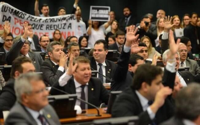 Deputados na votação na Comissão de Constituição e Justiça da Câmara, nesta segunda-feira