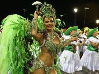 SP - CARNAVAL 2015/DESFILE MANCHA VERDE - GERAL - A rainha da bateria Viviane Araújo durante desfile da escola de samba Mancha Verde, realizado no Sambódromo do Anhembi em São Paulo, SP, nesta sexta-feira (13). 13/02/2015 - Foto: MARCOS BEZERRA/FUTURA PRESS/FUTURA PRESS/ESTADÃO CONTEÚDO