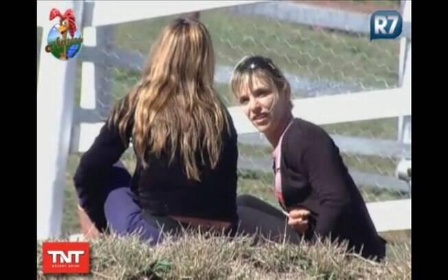 Anna Markun conversa reservadamente com Raquel Pacheco
