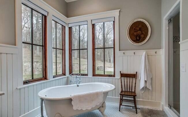 A decoração vintage se mostra nos mínimos detalhes, como quadros com cara de antigos e banheiras com