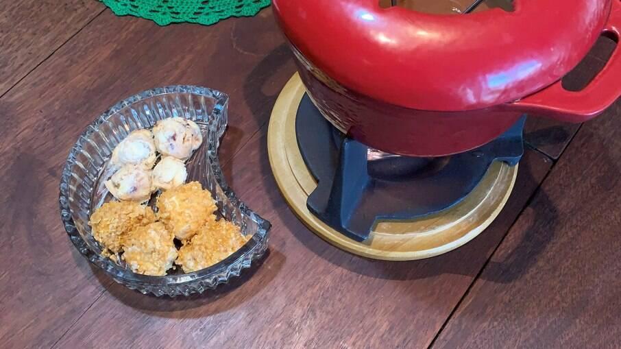 Sorvete frito com fondue