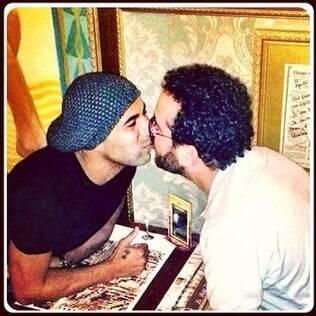 Sheik beijando Isaac Azar