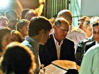 Tragédia. Governador Geraldo Alckmin segura caixão do filho mais novo