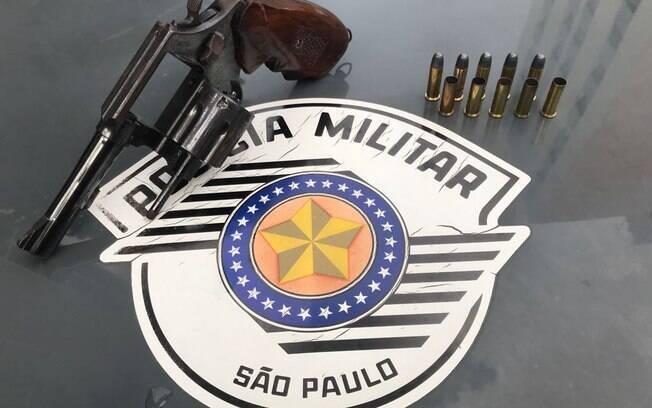 Policiais de ROCAM prenderam um homem armado com revólver Taurus calibre 38, com cinco cartuchos e munição