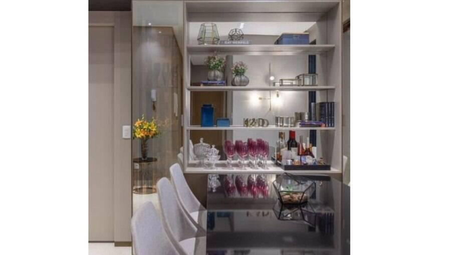 Em apartamentos, a mesa ligada à um buffet espelhado na parede gera a sensação de continuidade
