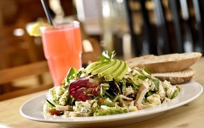 Foto da receita Salada Cobb pronta.
