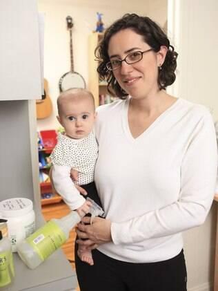 Abby Wolfson com a filha Calliope em casa, em Nova York: mãe só usa produtos de limpeza feitos em casa