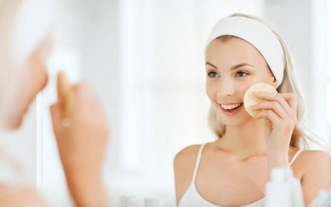 As esponjas são opções práticas de esfoliante para o rosto e devem ser usadas em conjunto com sabonetes de limpeza facial
