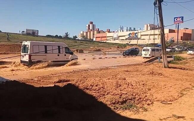 Obra do BRT rompe adutora e deixa 19 bairros sem água