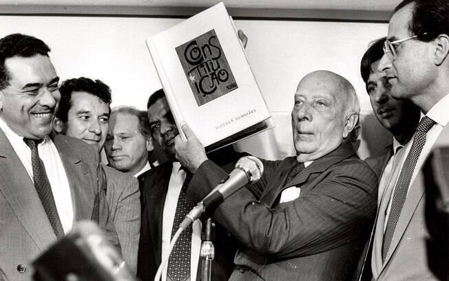 Ulisses Guimarães exibe exemplar da Constituição de 1988