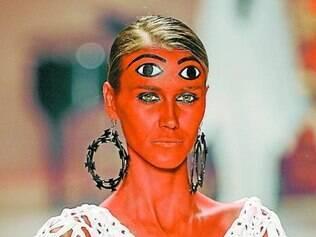 A pintura corporal e os olhos sempre abertos do desfile