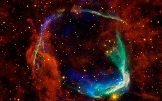 Supernovas ocorrem em estágios finais de algumas estrelas; elas são caracterizadas pelo calor e explosão brilhante intensa