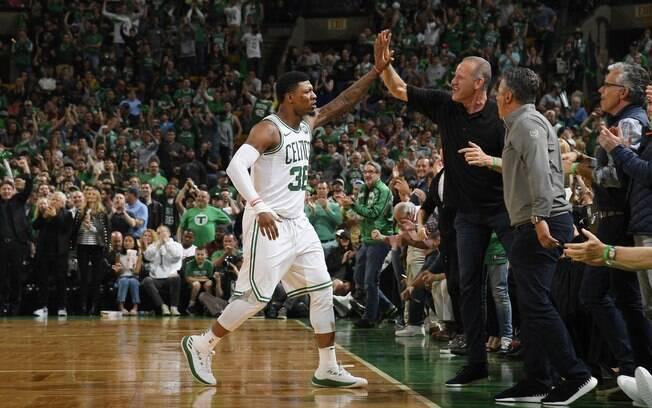 Marcus Smart comemora com a torcida do Boston Celtics