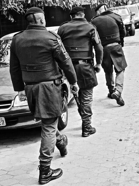 Policiais de ROTA em conduta de patrulha durante a operação