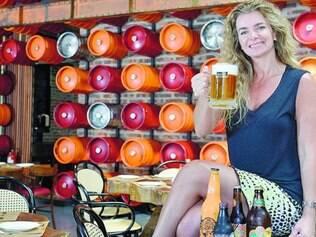 A diretora de marketing da Backer, Paula Lebbos, num dos ambientes que tem parede com exposição de barris de chopes pintados