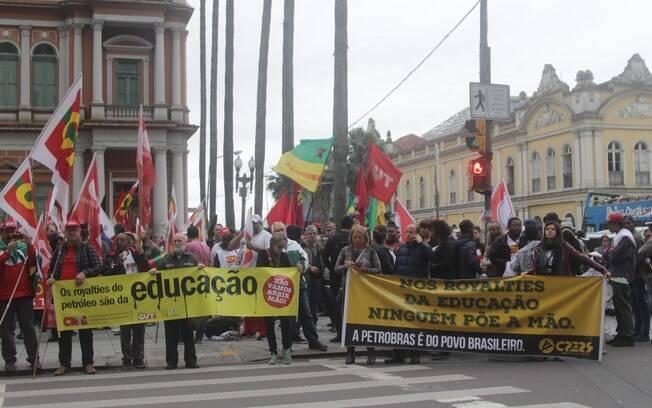 A Frente Brasil Popular realiza ato em defesa da democracia também em em Porto Alegre, no Rio Grande do Sul. Foto: José Carlos Daves/Futura Press - 3.10.15