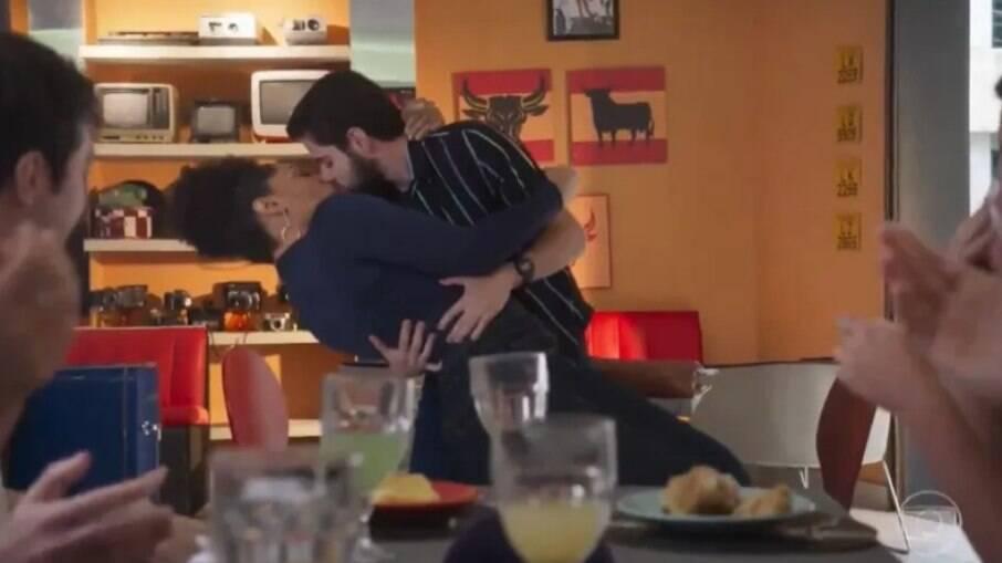 Beijo entre Renatinha (Juliana Alves) e Catatau (Bernardo de Assis) no capítulo de 'Salve-se Quem Puder' desta quarta (14)